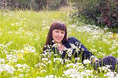 Ослаблять на поле цветка стоковое изображение