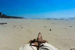 Ослаблять на пляже на солнечный день Стоковое фото RF