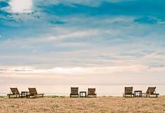 Ослаблять на пляже с шезлонгом Стоковое Изображение
