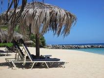 Ослаблять на тропическом пляже Стоковые Изображения RF