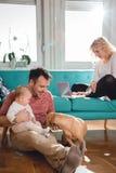 ослаблять семьи счастливый домашний Стоковые Фотографии RF