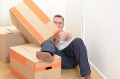 Ослаблять человека moving домашний среди коробок стоковая фотография rf
