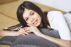 Ослабляя сидеть женщины удобный в камере стула салона софы усмехаясь счастливой смотря Портрет красивого молодого здорового wom Стоковые Изображения
