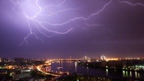 Ослеплять молния над городом Стоковые Изображения RF