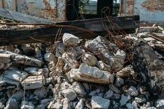 Отава землетрясения или войны или ураган или другое стихийное бедствие, сломленные загубленные здания, таблетки конкретного отбро стоковые фото