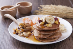 Отбензинивание блинчика и банана в белом блюде для завтрака Стоковое Изображение RF