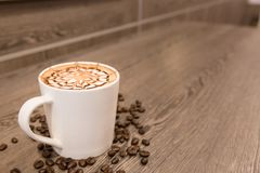 Отбензинивание кофейной чашки с дизайном искусства для предпосылки Стоковое Фото