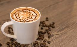 Отбензинивание кофейной чашки с дизайном искусства для предпосылки Стоковое фото RF
