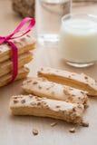 Отбензинивание печенья слойки с сахаром и гайкой, с стеклом молока на древесине Стоковое Фото