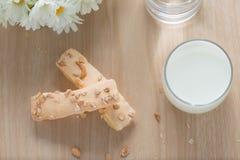 Отбензинивание печенья слойки с сахаром и гайкой, с стеклом молока на древесине Стоковое Изображение