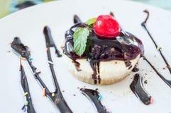 Отбензинивание пирога сыра голубики с свежей вишней на белом cl плиты Стоковое Фото