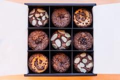 Отбензинивание пирожного пирожного с различными ингридиентами как обломоки миндалины, карамельки и шоколада Стоковое Изображение