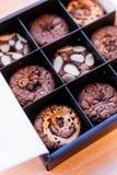 Отбензинивание пирожного пирожного с различными ингридиентами как обломоки миндалины, карамельки и шоколада Стоковое фото RF