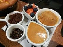 Отбензинивание хлебопекарни DIY очень вкусной домодельной, торта губки шоколада, тайского соуса чая, клубники, голубики и тайског стоковые фото