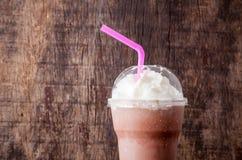 Отбензинивание milkshake какао с взбивая сливк Стоковые Фото