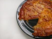 Отбензинивания томатного соуса пиццы, сыра, бекона и ветчины Стоковые Фото