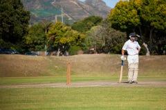 Отбивающий мяч стоя на поле во время спички стоковая фотография