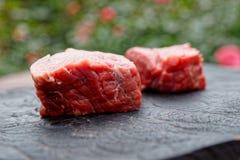 2 отбивной котлеты говядины на черной деревянной доске Стоковые Изображения RF