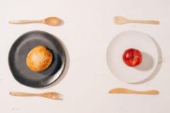 Отборная дилемма между здоровым хорошим свежим фруктом и овощем или ф стоковая фотография rf