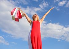 отборная свобода Девушка удовлетворяемая с покупками Подсказки, который нужно ходить по магазинам продажи лета успешно Платье жен стоковые изображения
