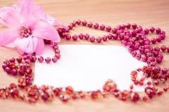 отбортованный красный цвет ожерелья цветка карточки пустой Стоковое Изображение RF