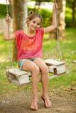 Отбрасывать маленькой девочки внешний в парке стоковое изображение
