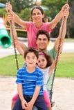 отбрасывать парка кавказской семьи весёлый стоковая фотография