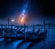 Отбрасывая гондолы в Венеции на ноче с звездами Стоковые Фото
