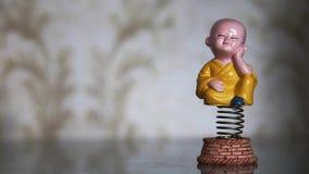 Отбрасывая смешная игрушка весны думая мальчика монаха видеоматериал