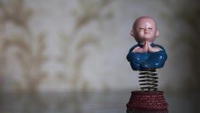 Отбрасывая смешная игрушка весны моля мальчика монаха акции видеоматериалы