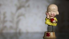 Отбрасывая смешная игрушка весны счастливого мальчика видеоматериал