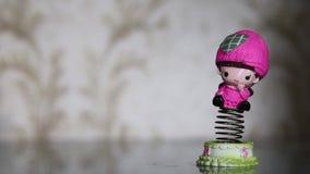 Отбрасывая смешная игрушка весны счастливой милой краснея девушки сток-видео