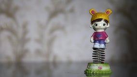Отбрасывая смешная игрушка весны счастливой небольшой девушки акции видеоматериалы