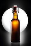 Отбросьте верхнюю бутылку светлого пива изолированную на черной предпосылке Стоковое Изображение RF