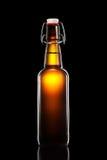 Отбросьте верхнюю бутылку светлого пива изолированную на черной предпосылке Стоковое Изображение