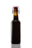 Отбросьте верхнюю бутылку темного пива изолированную на белой предпосылке Стоковое Изображение