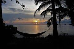 Отбросьте и hammock на острове Chang Koh предпосылки захода солнца Стоковые Изображения