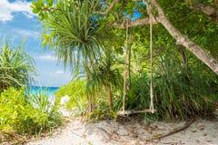 Отбросьте с небом дерева голубым и заволоките предпосылка, голубое море и пляж с белым песком на острове Similan, Стоковое Изображение