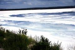 Отброс в озере разрядка отбросов производства отравил воду воды промышленного предприятия пакостной Стоковые Фото