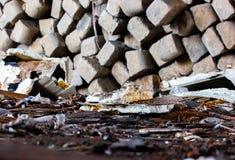 Отброс на бетоне кучи предпосылки пола стоковые фотографии rf