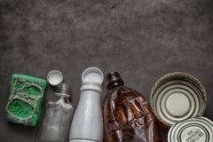 Отброс, отход домочадца - пластичные бутылки, чонсервные банкы, стеклянные бутылки, губка для моя блюд Стоковое Изображение RF