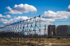 Отброс после конструкции в городе, чуть-чуть земли, болота Проблема экологичности Стоковое Фото
