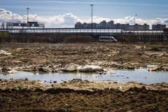 Отброс после конструкции в городе, чуть-чуть земли, болота Проблема экологичности Стоковое Изображение