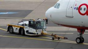 Отбуксировка аэробуса A320 Airberlin сток-видео