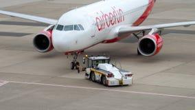 Отбуксировка аэробуса A320 Airberlin акции видеоматериалы