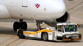 Отбуксировка аэробуса A319 Eurowings видеоматериал