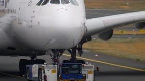 Отбуксировка самолета от обслуживания акции видеоматериалы