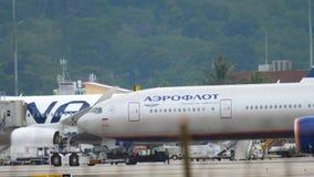 Отбуксировка самолета перед отклонением акции видеоматериалы