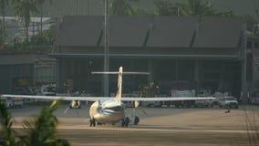 Отбуксировка самолета ATR-72 перед отклонением акции видеоматериалы