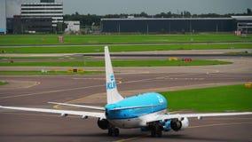 Отбуксировка KLM Боинга 737 акции видеоматериалы